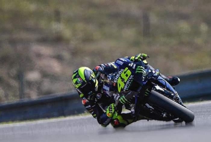 Valentino Rossi este in competite pe motocicleta