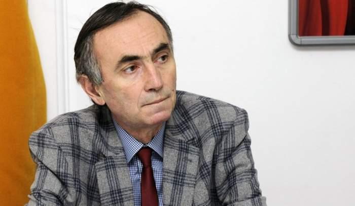 Radu Cin Cristea în costum cu carouri.