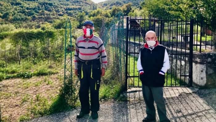 Doi bărbați poartă mască deși sunt singurii locuitori dintr-un sat izolat. De ce aleg să facă asta
