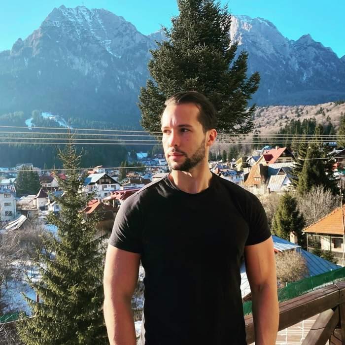 Tristan Tate s-a fotografiat pe balcon, la munte