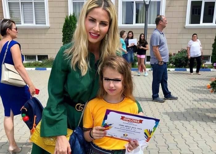 Andreea Bănică și fiica sa, fotografiate la școală