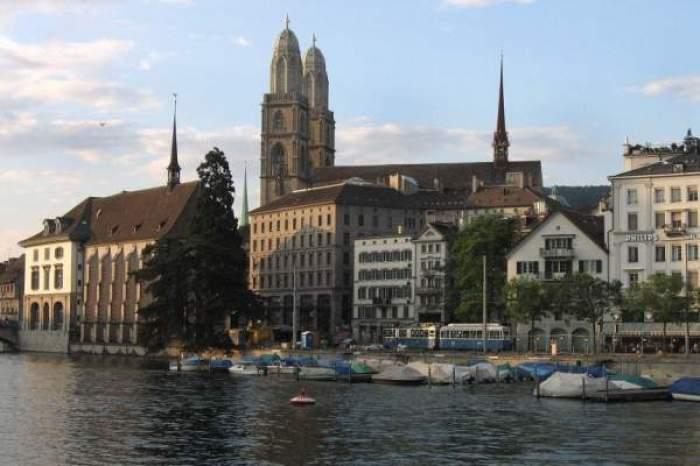 Clădirile de pe malul apei din Elveția