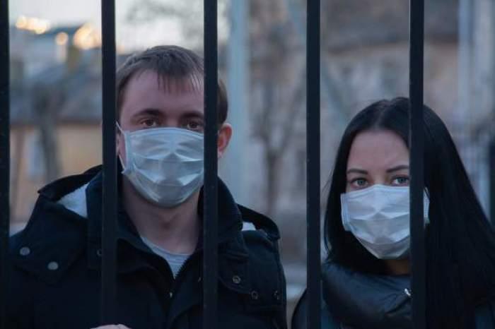 Masca de protecție va deveni, începând din această noapte, obligatorie și pe străzi, nu doar în spațiile publice aglomerate