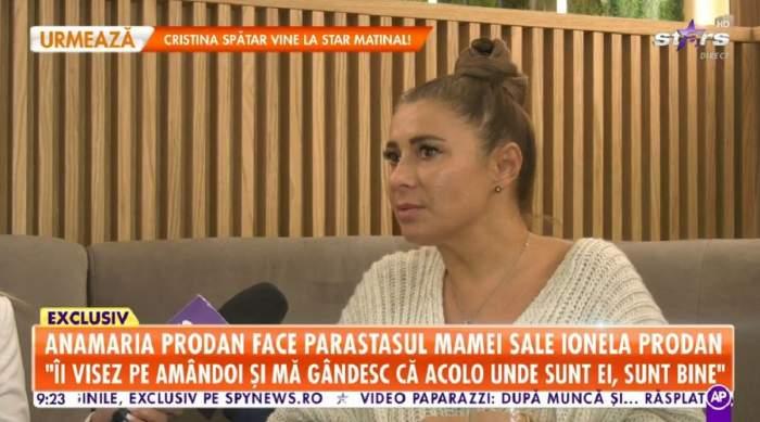 Anamaria Prodan dă un interviu. Vedeta poartă o bluză albă și are părul prins în coc.