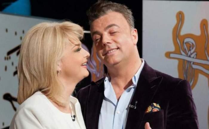 Iuliana Marciuc dansează cu Adrian Enache. Ea portă o rochie albă, iar el un costum negru.