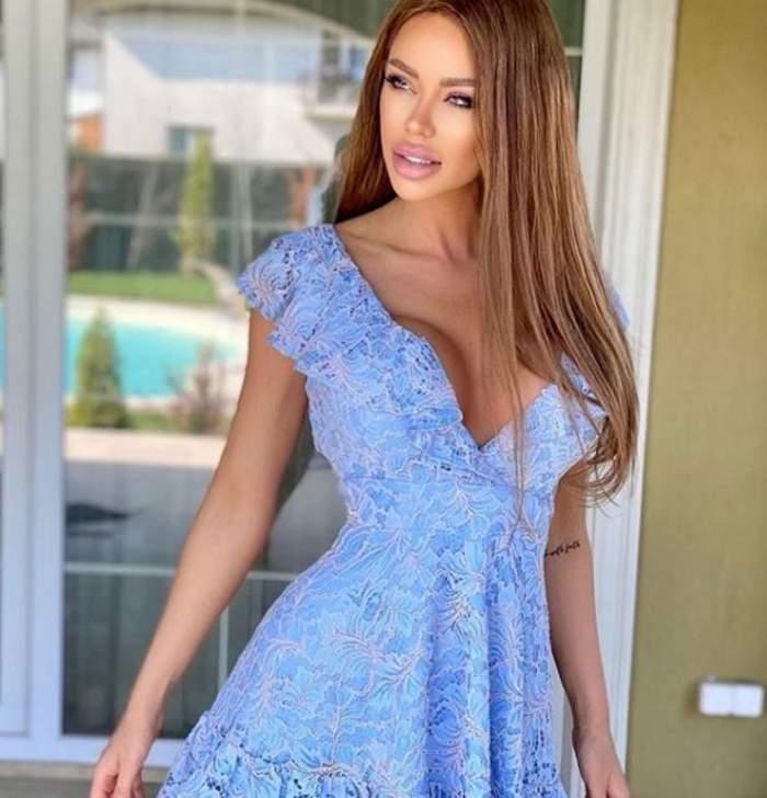 Bianca Dragusanu este in fata casei, poarta o rochie albastra si are parul desprins