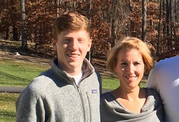 Chad Dorrill, studentul mort în urma unor complicații COVID. Tânărul poartă un hanorac gri.