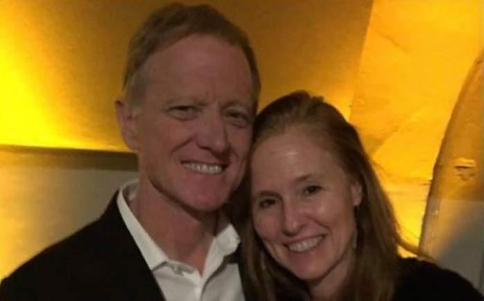 James Redford cu soția lui, Kyle. Cei doi zâmbesc larg.