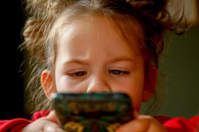 """O fetiță de doi ani a trimis poze nud cu mama ei tuturor persoanelor din lista de contacte! Cum a reacționat femeia când a aflat: """"Cred că am murit un minut"""""""