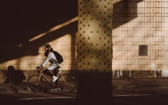 """Femeie, arestată pentru că se plimba cu bicicleta fără să poarte hijab: """"A adus o insultă voalului islamic"""""""