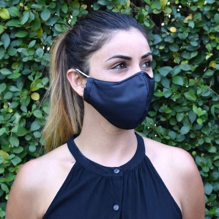 O fată care poartă mască de protecție!
