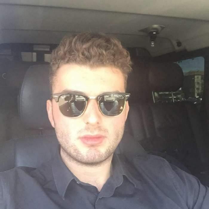 Victoraș Micula se află în mașină. Milionarul poartă ochelari de soare.
