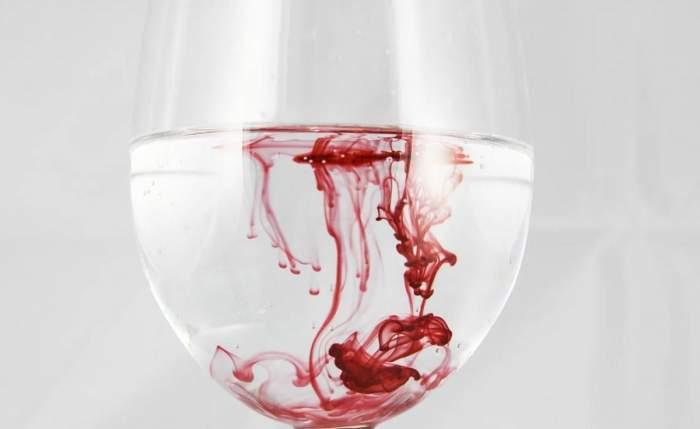 Un pahar cu apă și sânge