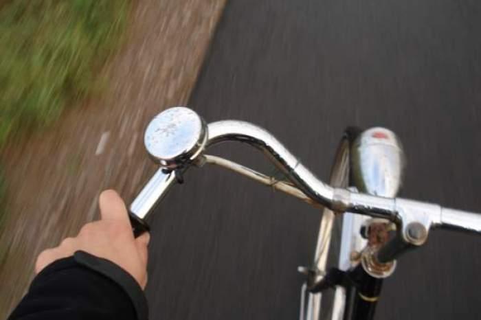 tanar pe biciclist