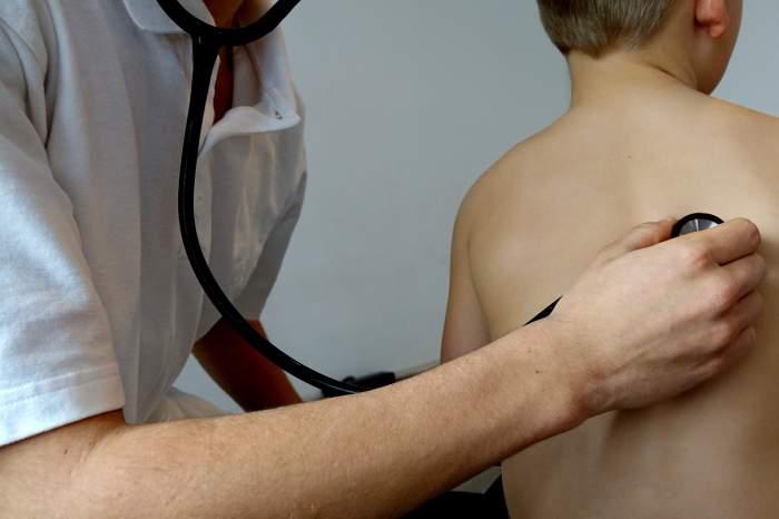 Copil consultat de doctor