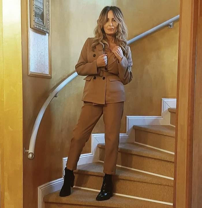 Daniela Gyorfi s-a fotografiat în oglindă, într-un costum maro