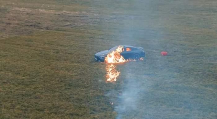 Masina incendiata in camp