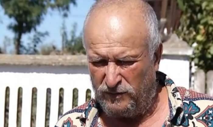 Bunicul Luizei Melencu este in gradina, poarta camasa in carouri