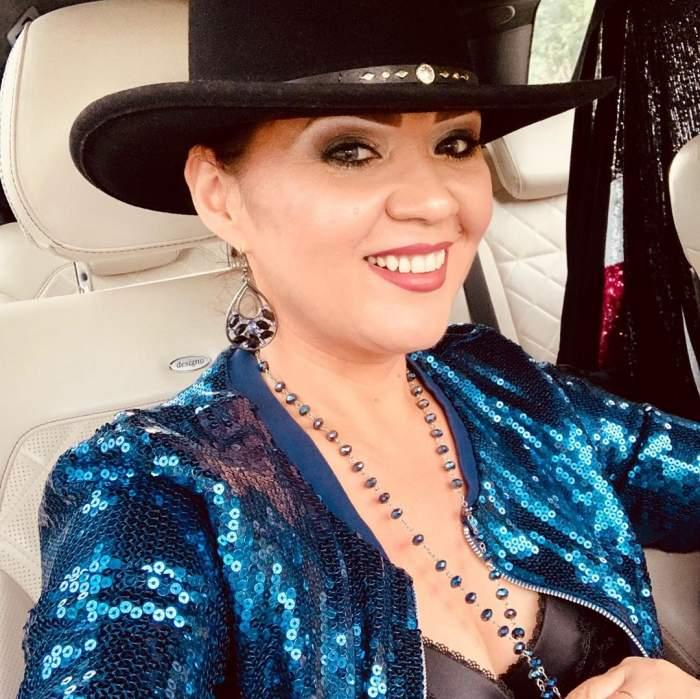 Minodora s-a fotografiat în mașină, îmbrăcată în albastru și cu o pălărie neagră