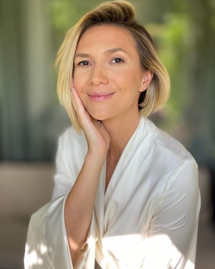 Adela Popescu s-a fotografiat nemachiată, într-un halat alb