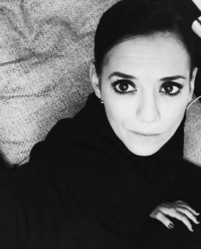 Analia Selis și-a făcut un selfie alb-negru