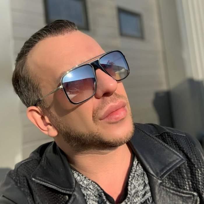 Stephan Pelger și-a făcut un selfie, în lumina soarelui, purtând ochelari
