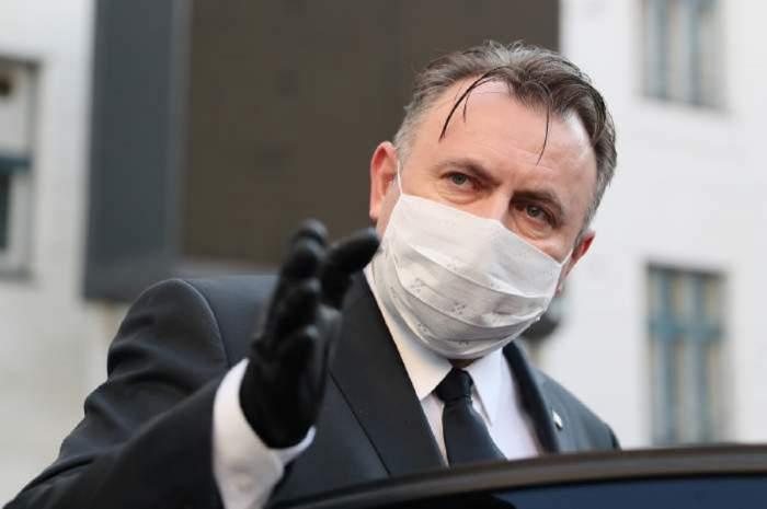 Nelu Tătaru, surprins cu masca pe față și mănuși în mână, în timp ce explica ceva