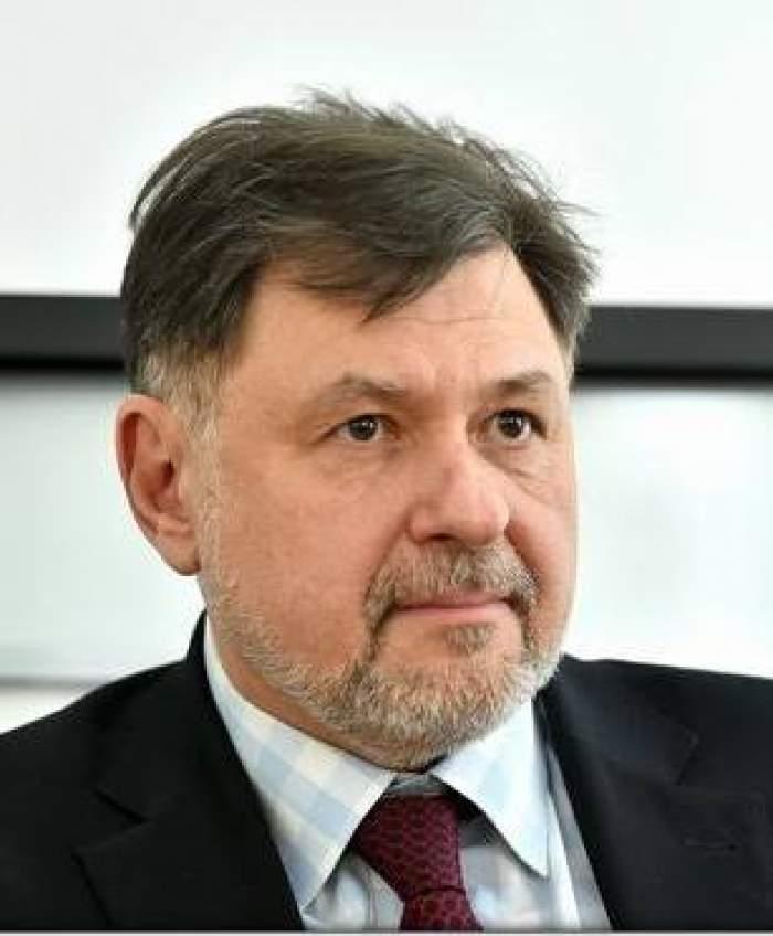 Alexandru Rafila a fost fotografiat la birou, cu o figură foarte serioasă, îmbrăcat la costum