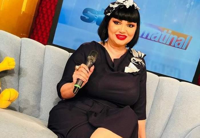 Ozana Barabancea poartă o rochie neagră. Vedeta stă pe canapeaua de la Star Matinal.