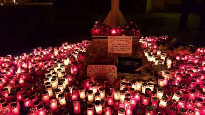 Comemorarea victimelor de la Colectiv si omagiile aduse prin flori, lumânari si mesaje