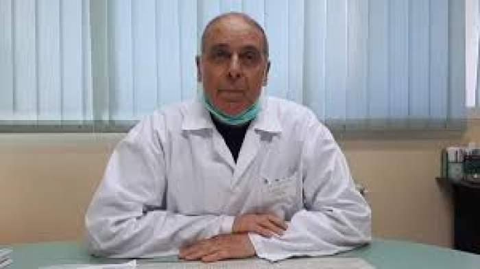 Fotografie cu medicul Virgil Musta în cabinet