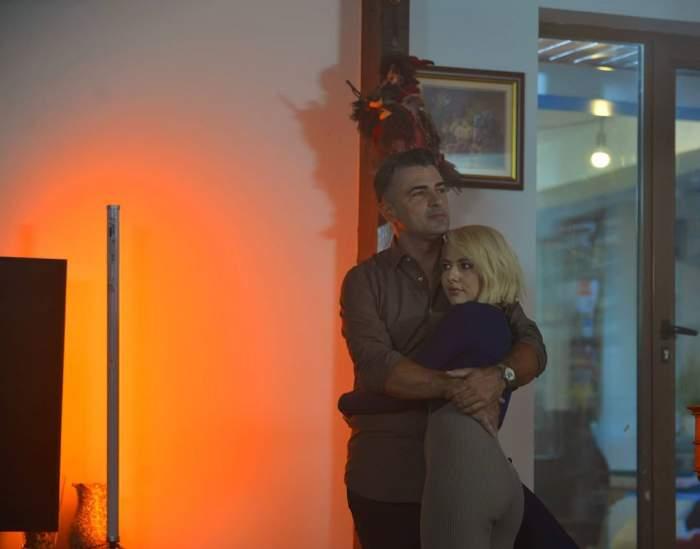 Lidia și Cornel se țin în brațe.