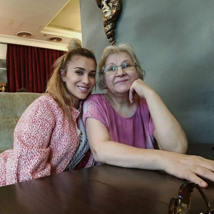 Lora și mama sa îmbrăcate în roz.