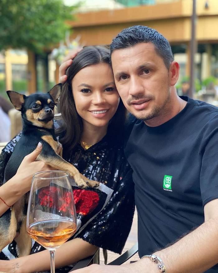 Denisa și Flcik s-au fotografiat alături de cățelul lor