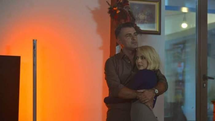 Fotografie cu Cornel Ilie și Lidia Buble în timp ce se îmbrățișează