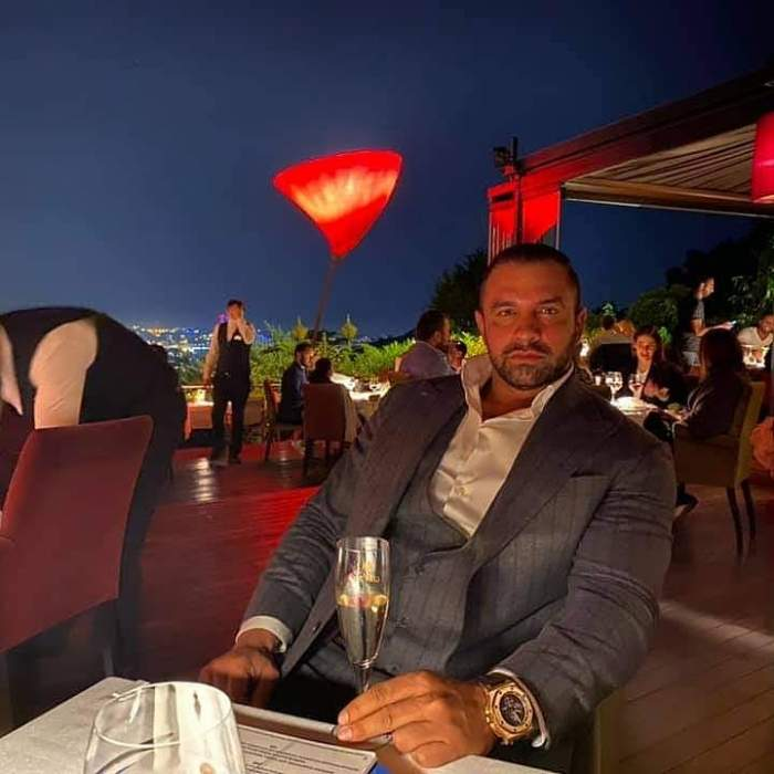 Alex Bodi la costum într-un restaurant din Maldive.