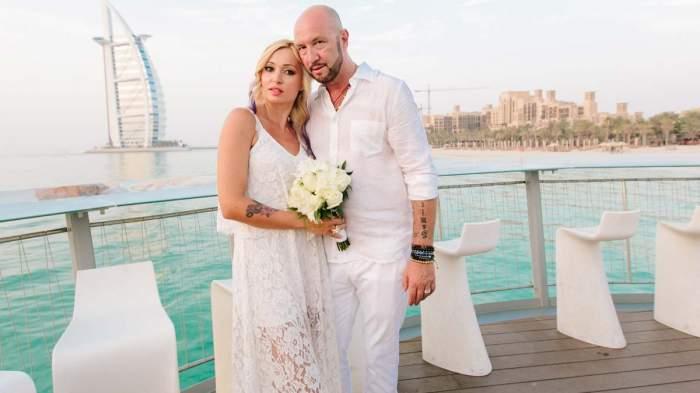 Walter și Raluca Zenga îmbrăcați în alb.