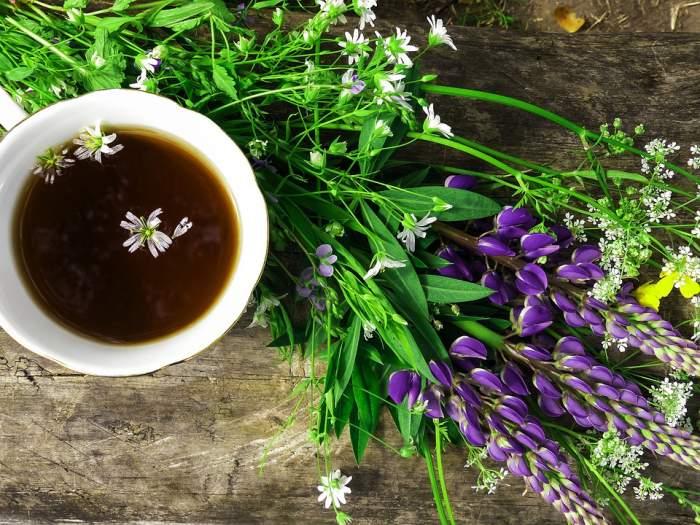 Ceașcă de ceai pe masă cu flori sălbatice