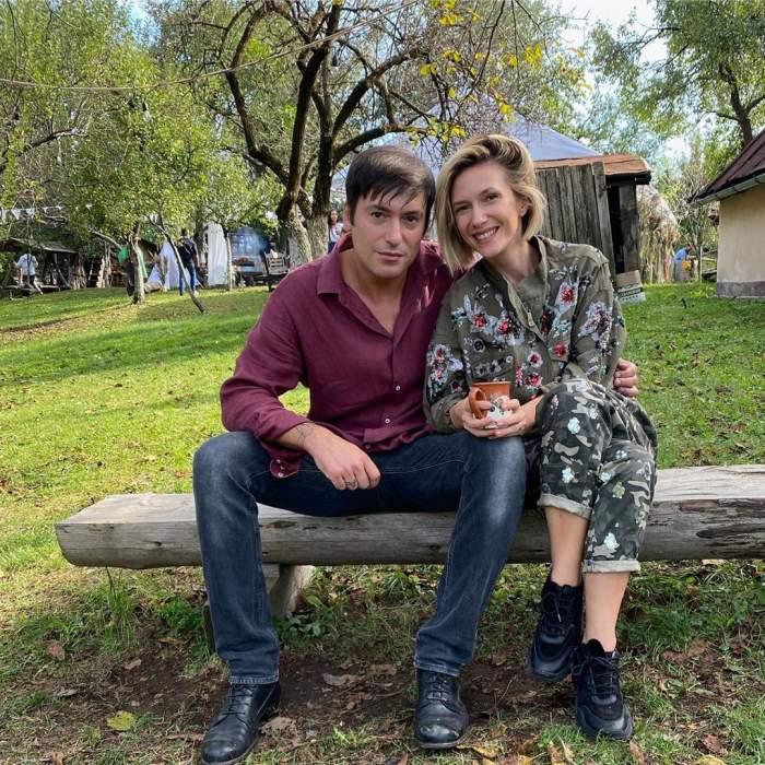 Fotografie cu Adela Popescu și Radu Vâlcan, în natură, îmbrățișați