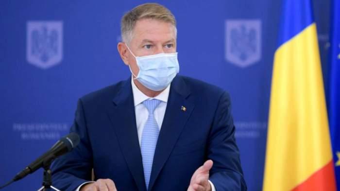 Klaus Iohannsi cu mască la o conferință de presă