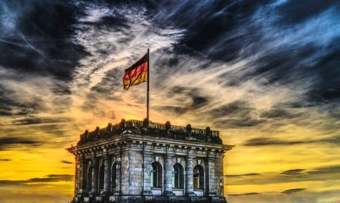 Fotografie cu o clădire din Germania și steagul țării
