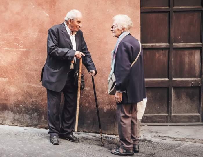 Fotografie ilustrativă cu doi soți bătrâni