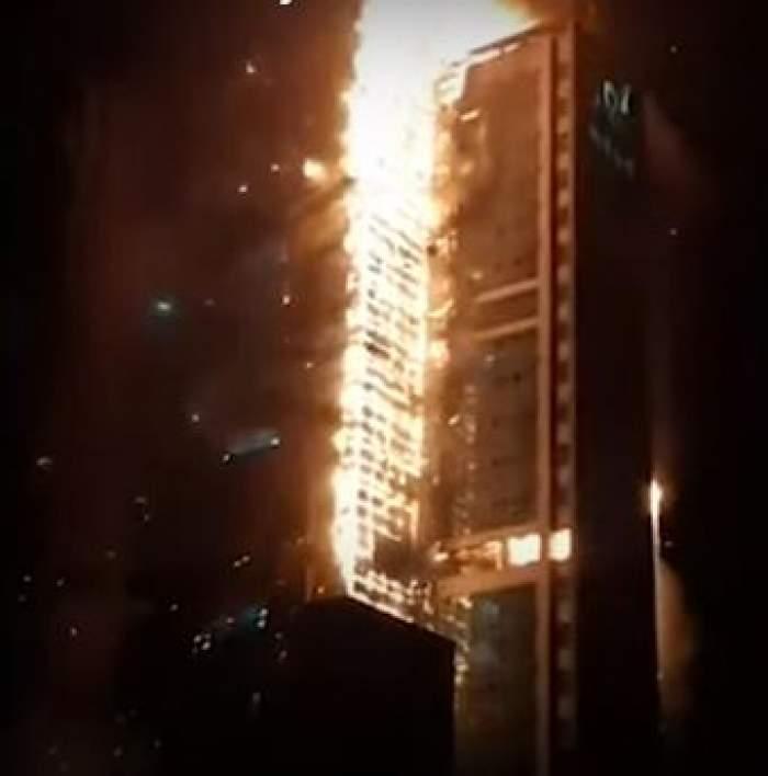 Bloc de 33 de etaje, cuprins de flăcări. Peste 100 de apartamente distruse