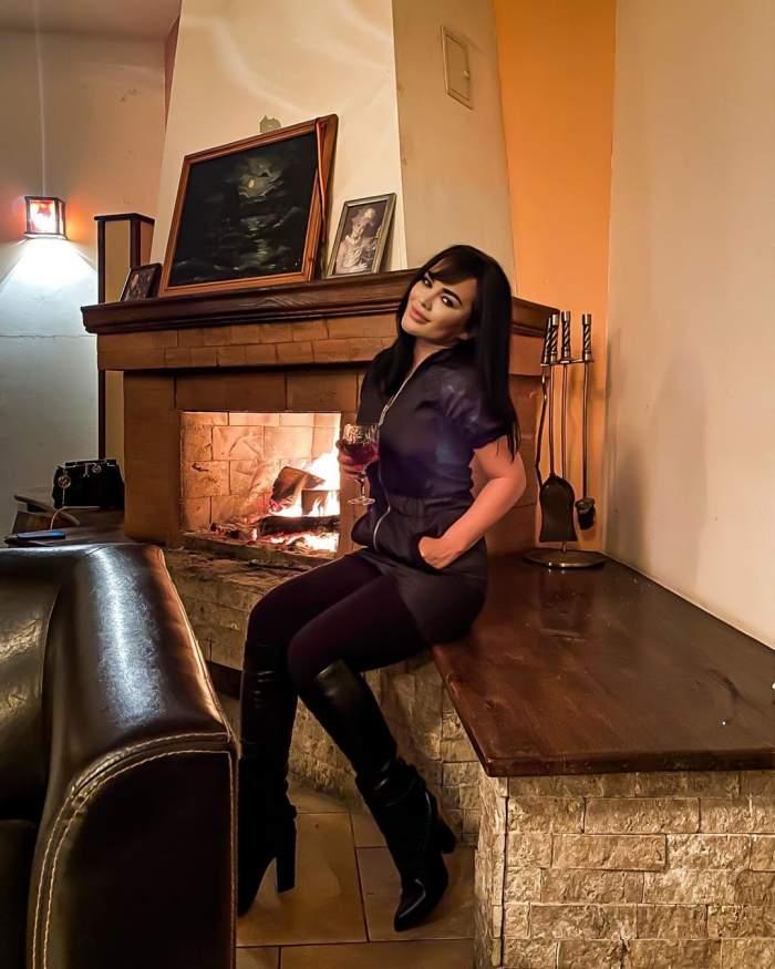 Carmen de la Sălciua, îmbrăcată în negru, s-a fotografiat cy un pahar de vin în mână