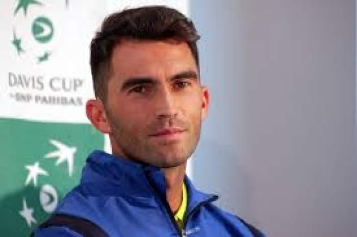 Horia Tecău, fotografiat în trening albastru, relaxat și zâmbitor