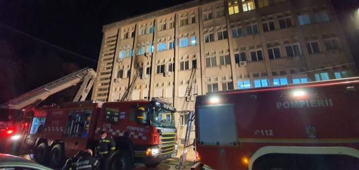 Pompierii sunt in fata spitalului, noaptea