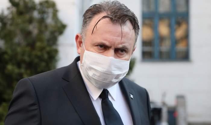 Nelu Tătaru, surprins foarte serios, într-o conferință de presă, cu masca de protecție pe față