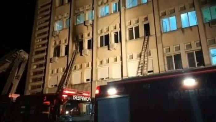 Clădirea spitalului din Piatra Neamț și mașinile de pompieri