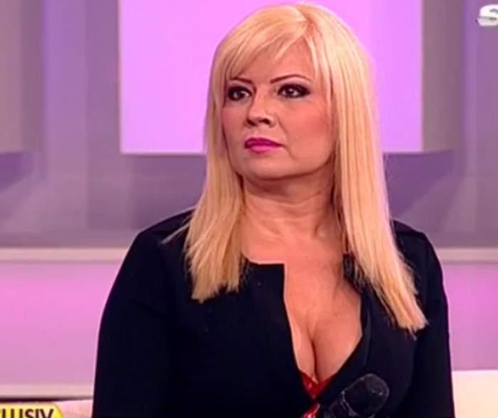 Catinca Roman, fotografiată în platoul unei emisiuni TV, având un decolteu răvășitor