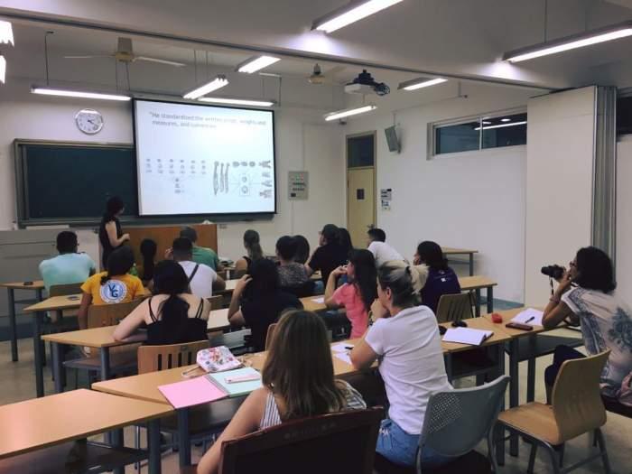 Studenți în timpul unui curs